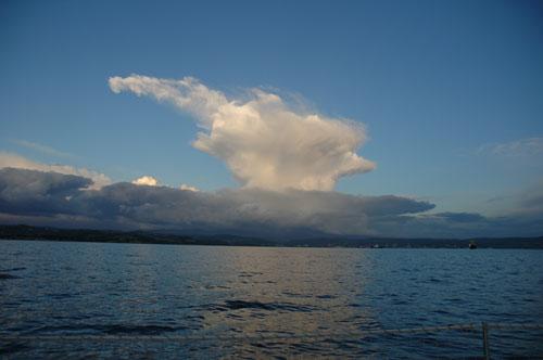 A Cumulonimbus tetején látható üllő (incus), horizontális irányban elnyúlt üllő alakú felhőképződmény