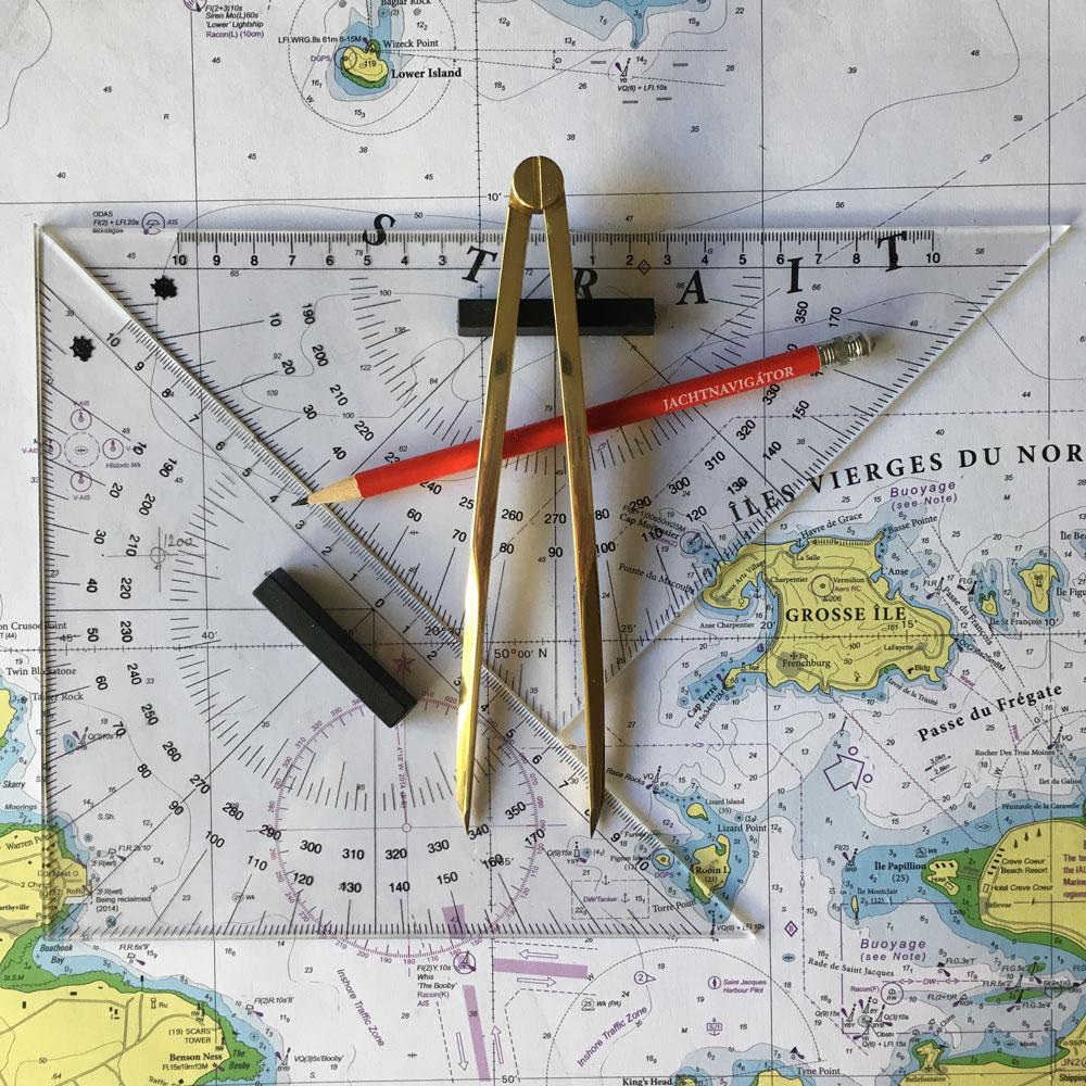 A térképi munka kellékei: navigációs vonalzók, réz osztókörző és ceruza