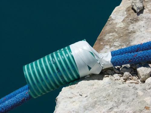 a kikötőkötelet műanyag csővel is védeni lehet a kidörzsölődése ellen