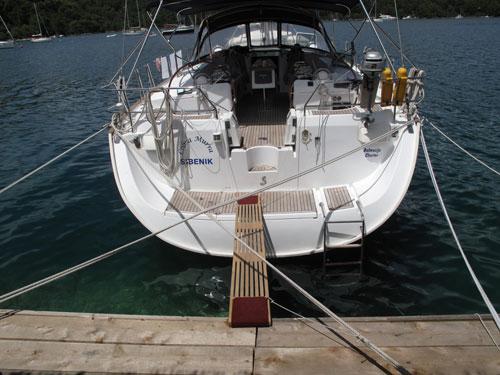 a keresztkötelek meggátolják a farral parthoz kötött hajót, hogy oldalra elnyomja az erős szél
