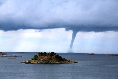 Tornádó a Földközi-tengeren, de még az Adrián is előfordulhat. Legjobb messzire elkerülni!